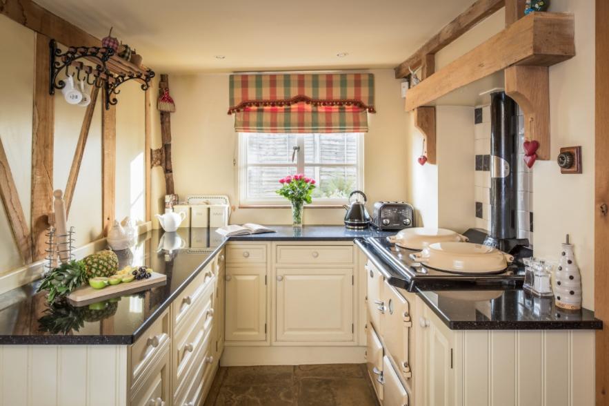 cream cottage kitchen small kitchen ideas - Scene Therapy