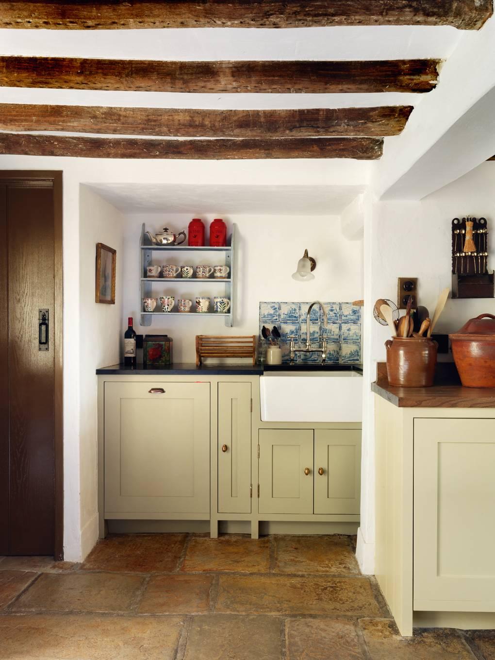 Alexandra Tolstoy S English Cottage Kitchen Design Scene Therapy